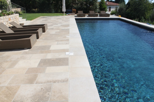 Carrelage c ramique piscine for Piscine imitation bois